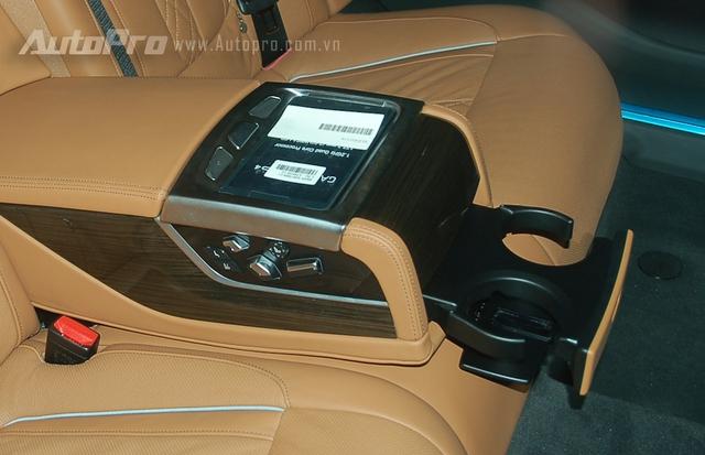 Điểm nhấn quan trọng cho hàng ghế sau là máy tính bảng điều khiển (BMW Touch Command).