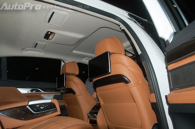 Hai màn hình giải trí cho hàng ghế sau. Trần xe nổi bật cửa sổ trời toàn cảnh Sky Lounge, với hơn 15.000 bóng đèn LED li ti có thể điều chỉnh 6 màu sắc khác nhau.