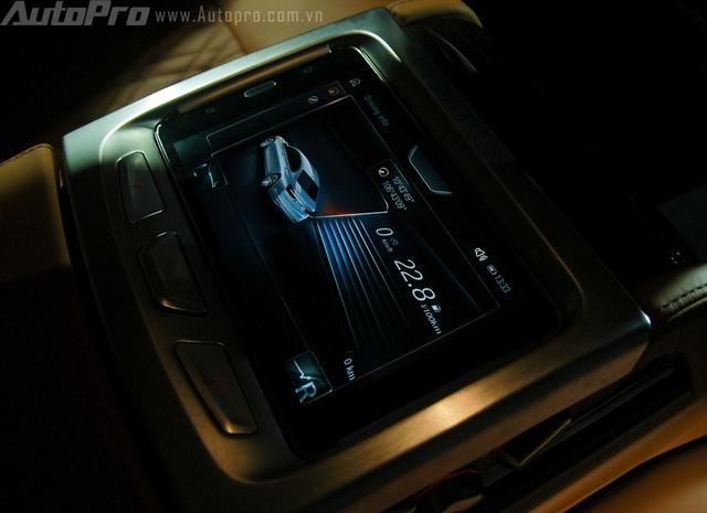 BMW Touch Command được thiết kế như một máy tính bảng, tích hợp vào hệ thống trung tâm tại hàng ghế sau. Chiếc máy tính bảng này kết nối với hệ thống của xe và hỗ trợ hành khách hàng ghế phía sau thiết lập các tuỳ chỉnh trên xe một cách dễ dàng nhất.
