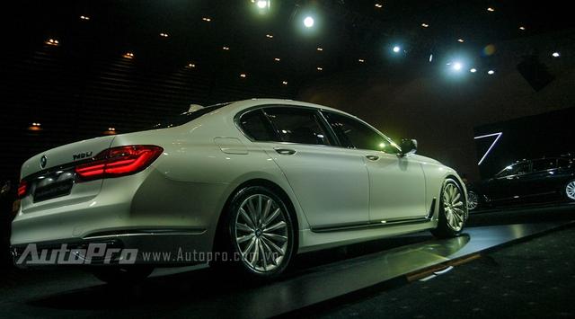 Ở thế hệ thứ 6, BMW trang bị nhiều công nghệ hiện đại cho chiếc sedan sang trọng của mình như hệ thống đèn chiếu sáng LED , hệ thống điều khiển bằng cử chỉ, máy tính bảng điều khiển từ hàng ghế sau, hay chìa khóa cảm ứng thông minh.