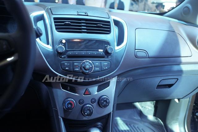Mà thay vào đó lá các chức năng đơn giản như hỗ trợ Bluetooth, USB, cùng hệ thống âm thanh Bose với 6 loa.