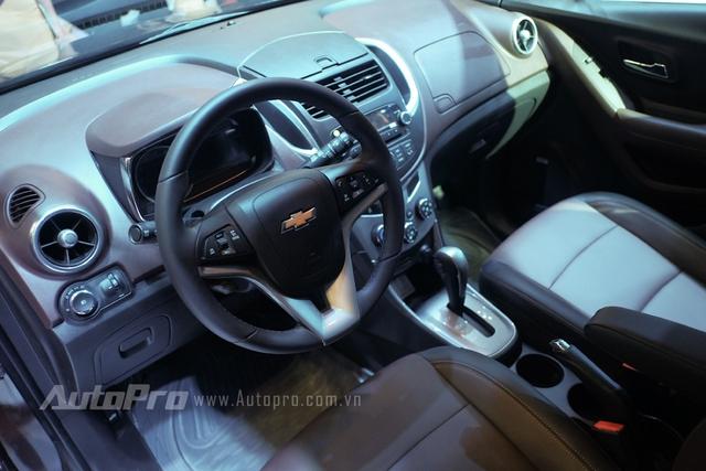 Trong đó, bảng điều khiển trung tâm không có sự phục vụ của màn hình LCD hay hệ thống MyLink nổi tiếng trên các dòng Chevrolet.
