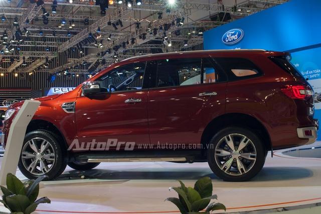 Ford Everest thế hệ mới còn được trang bị hệ thống hỗ trợ đỗ xe tự động, hệ thống kiểm soát xuống dốc và hỗ trợ khởi hành ngang dốc, tính năng kiểm soát vào cua, hệ thống cảnh báo điểm mù với công nghệ cảnh báo phương tiện cắt ngang đầu xe.