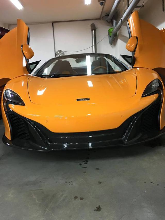 McLaren 650S Spider tung cánh trong gara.