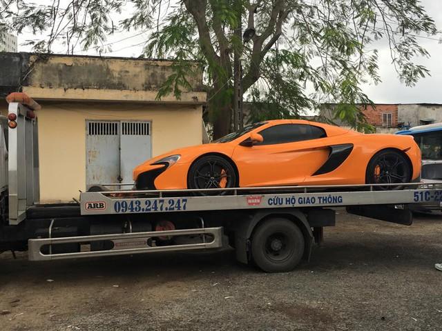 Siêu xe McLaren 650S Spider được chở trên xe chuyên dụng để đi hoàn tất các thủ tục đăng ký.