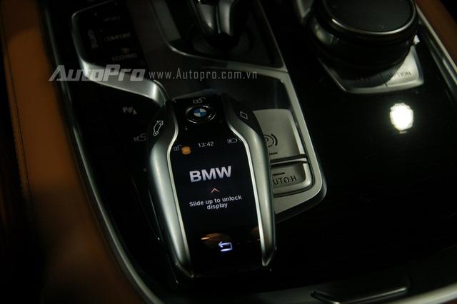 Thao tác đỗ xe từ xa được thực hiện ngay trên chìa khóa cảm ứng thông minh 2,2 inch. Tuy nhiên option này đã bị cắt bỏ ngay khi về Việt Nam.