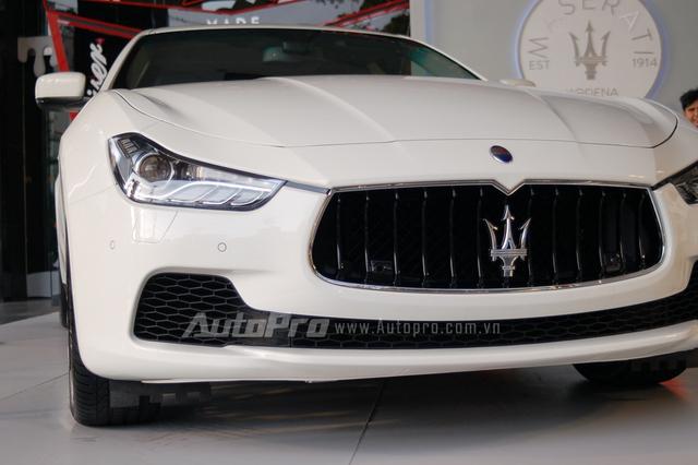 Maserati Ghibli có chiều dài 4.971 mm, chiều rộng 1.945 mm và chiều cao 1.461 mm. Chiều dài cơ sở 2.998 mm.