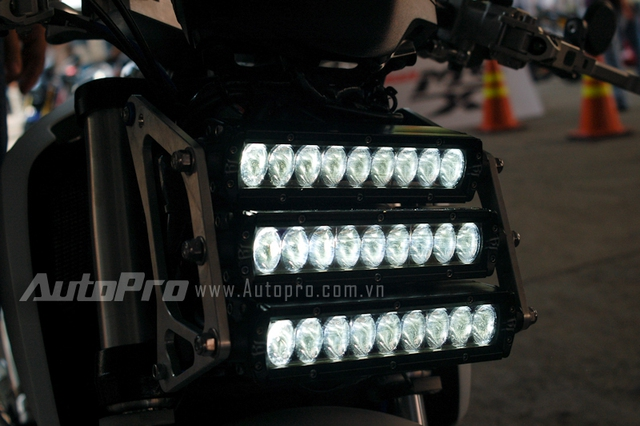 Người lái có thể túy chỉnh ánh sáng mỗi tầng thông qua 3 nút bấm đặt trên tay lái.