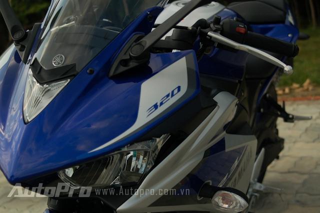 Yamaha R3 có cặp gương chiếu hậu có thể gấp gọn lại phù hợp với giao thông đô thị.