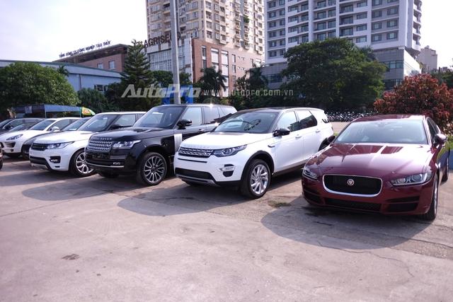 Ngay từ sớm, các hãng đã tập trung xe tại sân sau của triển lãm Giảng Võ để chuẩn bị sắp xếp vào gian hàng của mình. Jaguar Land Rover mang đến dàn xe sang với những cái tên nổi bật như F-Type và Jaguar XE.