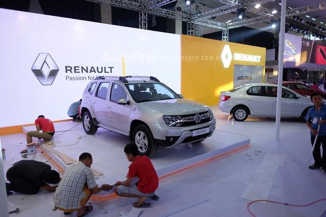 Gian hàng của Renault trước giờ G vẫn đang chuẩn bị.
