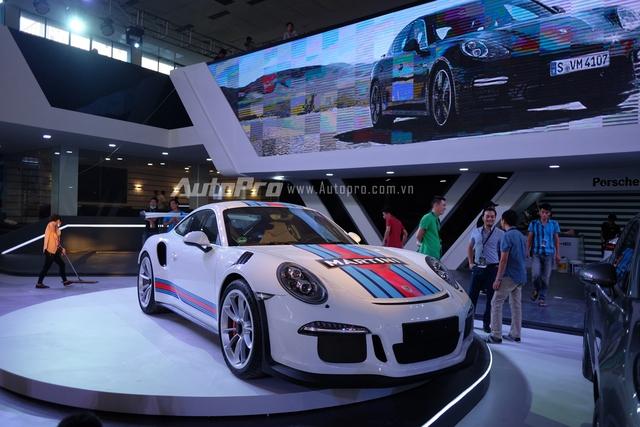 Chiếc xe Porsche 911 GT3 RS đã sẵn sàng trên sàn diễn.