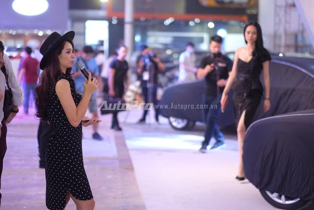 Cựu người mẫu Thuý Hằng cũng xuất hiện để chỉ đạo diễn xuất cho màn trình diễn của Audi.