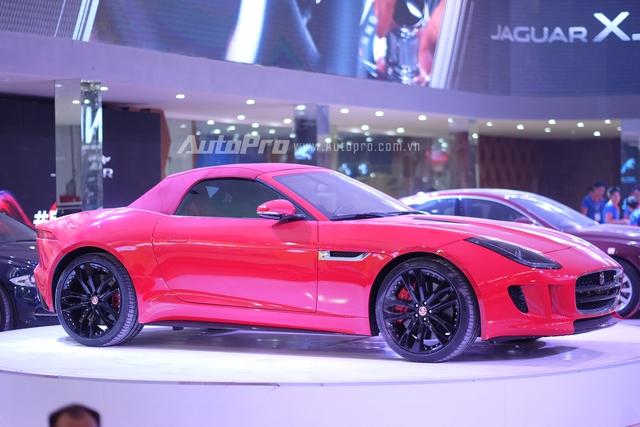 Jaguar F-Type nổi bật giữa sân khấu.
