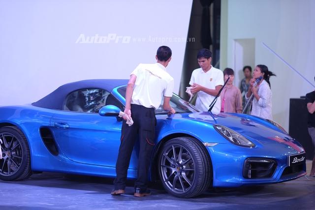 Nhân viên của Porsche đang chăm sóc chiếc xe Boxster.