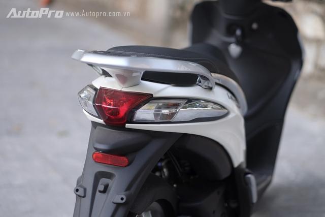 Cụm đèn hậu trên Liberty ABS có nét tương đồng với cụm đèn hậu của Piaggio Fly.