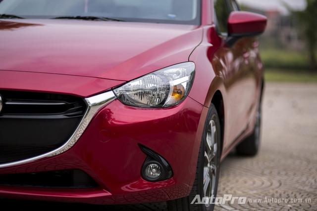 Ở bản sedan, Mazda2 mới không được trang bị đèn pha LED nên phần nào giảm đi sự hiện đại và cảm giác mạnh mẽ.
