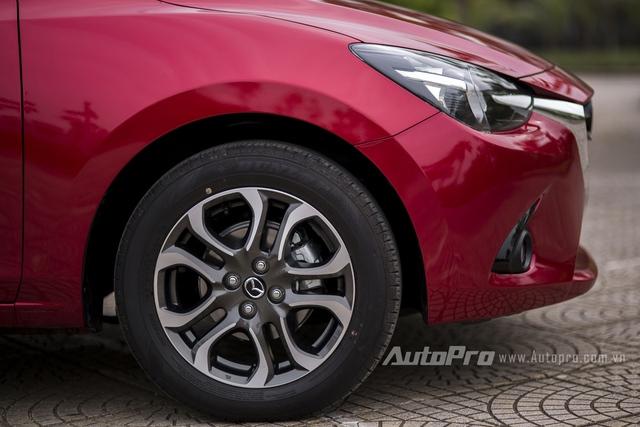 Xe được trang bị vành hợp kim 5 chấu kép thể thao 16 inch cùng bộ lốp kích thước 185/60R16.
