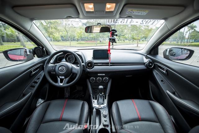Không gian nội thất bên trong Mazda2 vừa đủ cho người lái và hành khách.