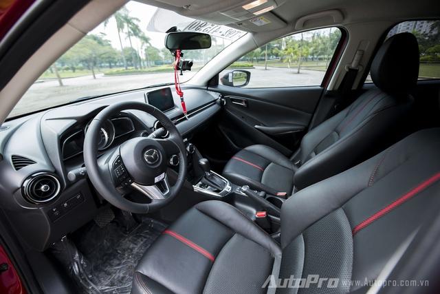 Không có sự khác biệt giữa không gian nội thất bên trong Mazda2 Sedan và Hatchback thế hệ mới. Đây là một điểm khá lợi thế cho khách hàng khi băn khoăn giữa 2 phiên bản.