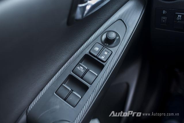 Xe được trang bị kính điều khiển điện và gương gập điện.