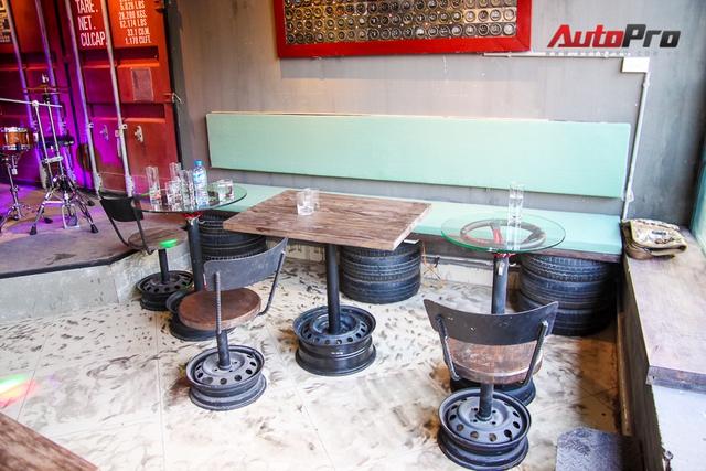 Loạt bàn ghế với chất bụi bặm từ những chi tiết xe hơi như vô-lăng, la-zăng, lốp