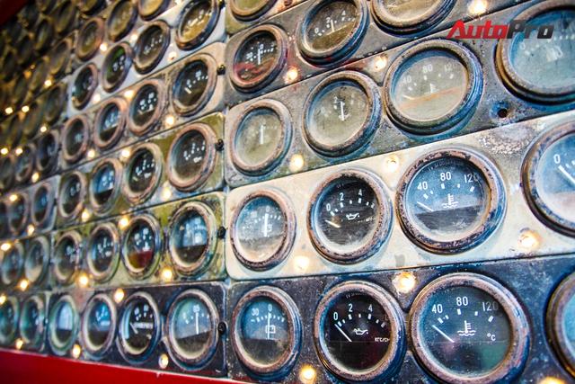 Góc đèn trang trí được làm bằng loạt đồng hồ báo trên các mẫu xe hơi cũ