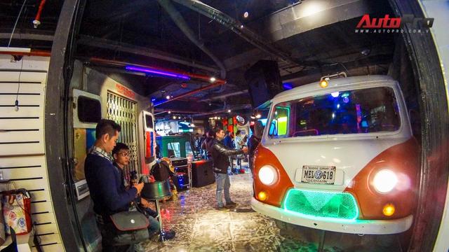 Cửa vào của quán được trang trí với phần đầu xe Volkswagen Type 2 (Microbus)