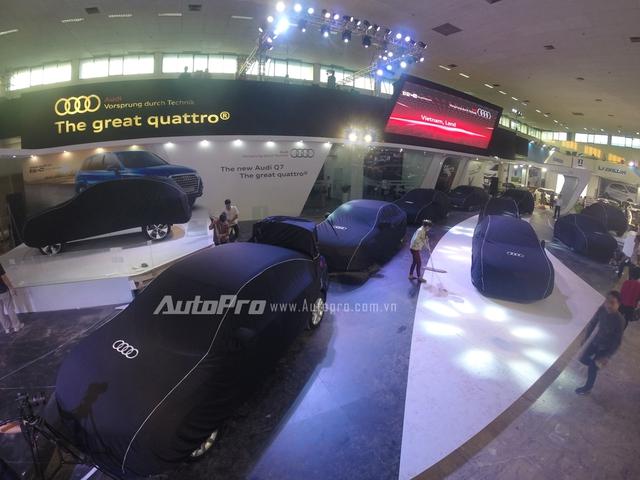 Gian hàng của Audi sớm hoàn thiện và đi vào dọn dẹp để chuẩn bị đón báo chí cũng như khách mời vào sáng 9/10/2015.