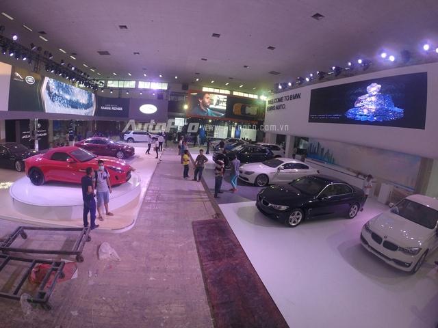 Gian hàng của BMW và Jaguar Land Rover.