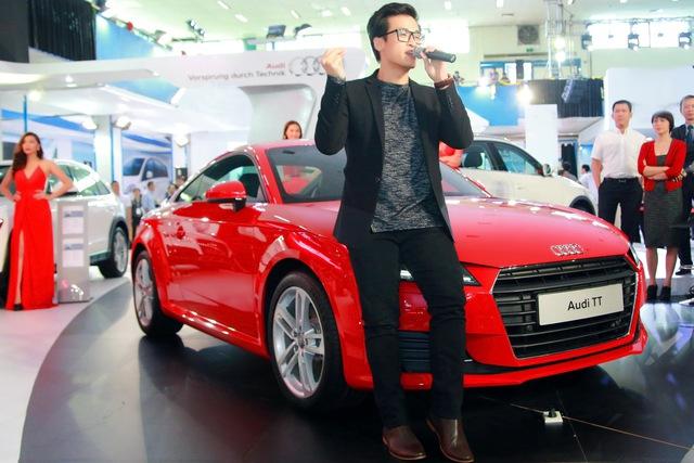 Ca sĩ Hà Anh Tuấn biểu diễn ngay cạnh chiếc xe Audi TT do anh làm đại sứ.