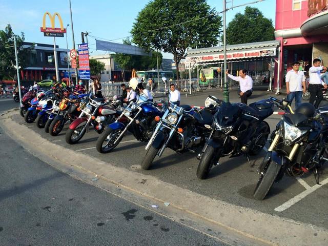 Hàng dài những chiếc mô tô phân khối lớn nối đuôi nhau qua các tuyến phố thu hút sự chú ý của nhiều người đi đường.