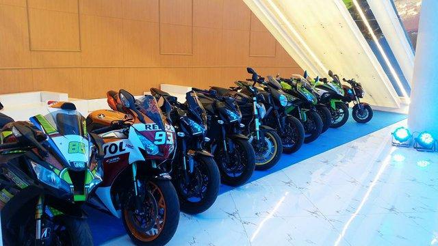 Hơn 20 chiếc xe phân khối lớn khác thuộc các thương hiệu đình đám như Can-Am Spyder, Yamaha R1, Kawasaki Z1000, Z800, Honda CBR 1000RR Repsol hay Ducati Diavel thu hút nhiều sự chú ý.