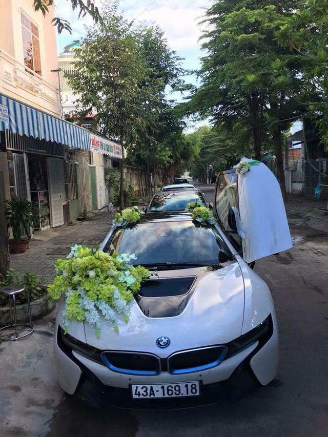BMW i8 làm xe hoa trong đám cưới diễn ra tại Đà Nẵng. Siêu xe tương lai nổi bật trong bộ áo trắng muốt cùng hoa cưới được kết trên nắp capô, hai bên trần xe và đuôi sau ấn tượng.