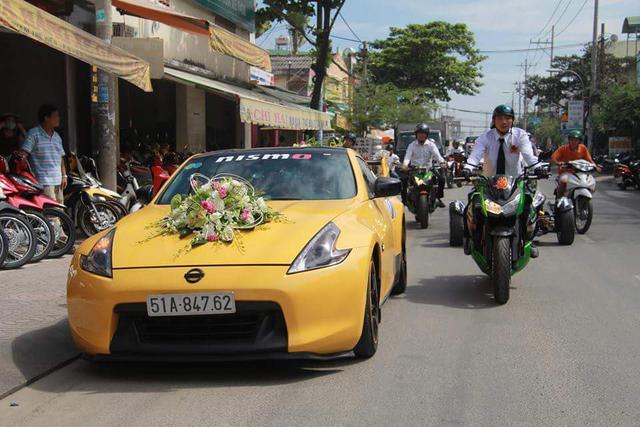 Chiếc xe đón dâu trong đám cưới tại Sài Gòn là hàng hiếm Nissan 370Z màu vàng. Đây là đám cưới của một phù thủy phân khối lớn. Do đó, trong đoàn xe đón dâu không thể thiếu những chiếc mô tô phân khối lớn.