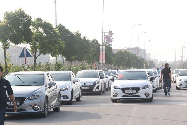 Đoàn xe rước dâu không kém phần quy mô với sự xuất hiện của gần 50 chiếc Mazda3 tại Bắc Ninh.