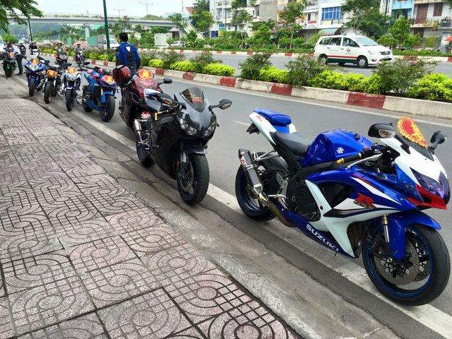 Đoàn mô tô khủng nối hàng dài trên đại lộ Phạm Văn Đồng. Dẫn đầu đoàn là Suzuki GSX-R1000 và Honda CBR 1000RR. Tiếp nối ngay phía sau là chim ưng Suzuki Hayabusa của biker Ớt Hiểm. Theo sau là Kawasaki Z1000 độ Superman, Yamaha FZ 150i, Ducati Monster và Yamaha R1.