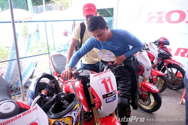Tay đua hạng Honda MSX đang kiểm tra lại tay ga của chiến mã sắp cùng mình bắt đầu cuộc đầu.