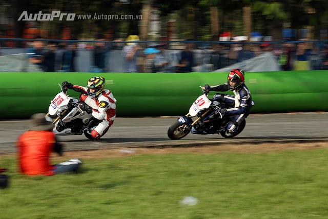 Pha ôm cua nghiêng người như MotoGP của một tay đua hạng Honda MSX.
