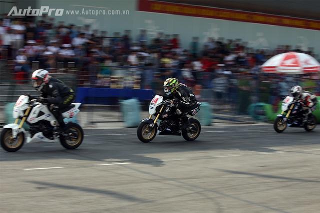 Các tay đua Honda MSX bứt tốc để về đích.