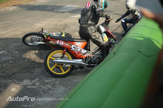Và tất nhiên, với sự máu lửa thì tai nạn là không thể tránh khỏi với các tay đua.