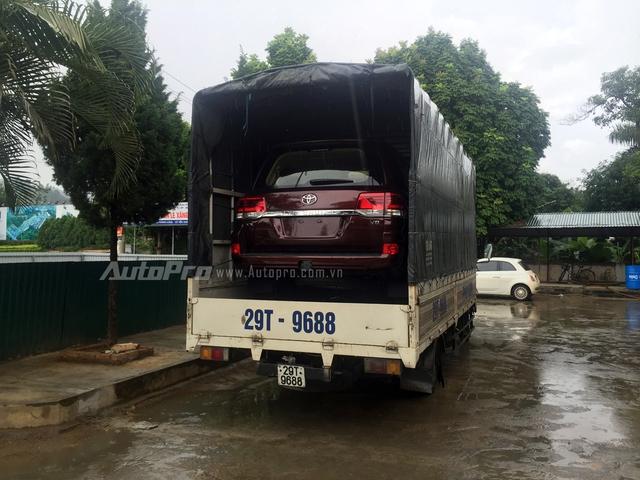 Chiếc xe Toyota Land Cruiser VX V8 được đưa đón trên một chiếc xe tải thùng.