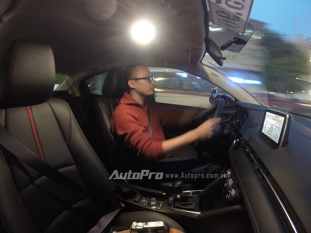 Mazda 2 All-new với vô-lăng nhẹ nhưng đủ nhạy.