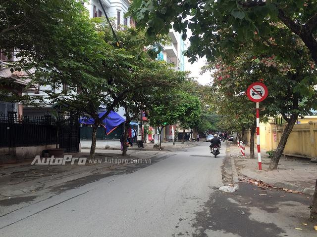 Biển báo cấm ôtô đi từ phía Hào Nam vào phố Vũ Thạnh.
