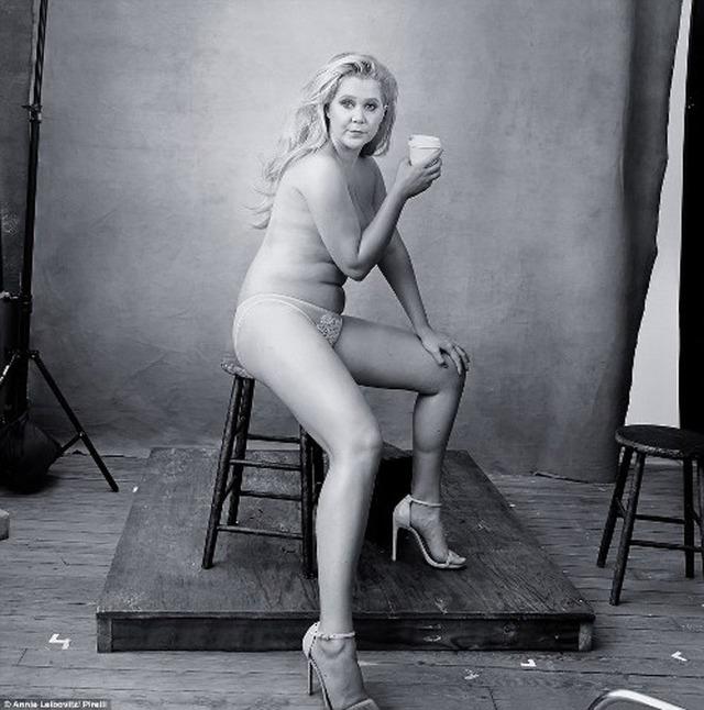 """Nữ diễn viên hài Amy Schumer là trường hợp hiếm hoi """"cởi đồ"""" trên ảnh lịch Pirelli 2016."""