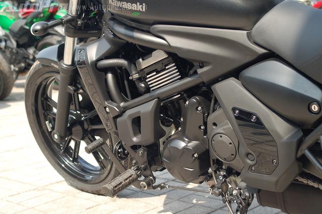 Gác chân trên Kawasaki Vulcan S 2015 có thể tùy chỉnh 3 vị trí gồm tiêu chuẩn, 25 mm về phía trước và 25 mm lùi về sau, mang đến tư thế ngồi thoải mái cho các biker trên cung đường dài.