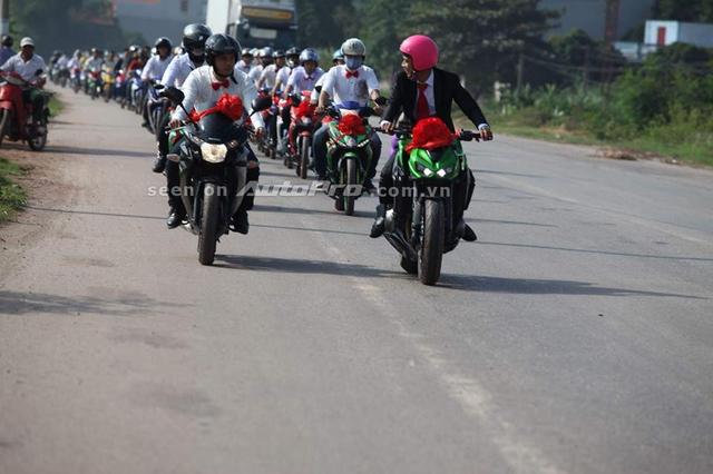 Dẫn đoàn là chiếc naked bike Kawasaki Z1000 do chú rể cầm lái. Đi bên cạnh là Honda CBR150R. Theo sau là 60 chiếc Yamaha Exciter khác nhau.