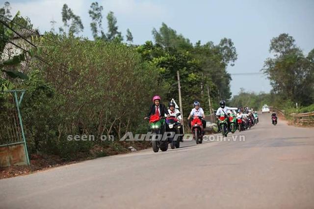 Đoàn xe 60 chiếc Exciter nổi bật trong các bộ áo nhiều màu sắc. Trong đó, hoa cưới màu đỏ được kết trước mặt nạ đẹp mắt.