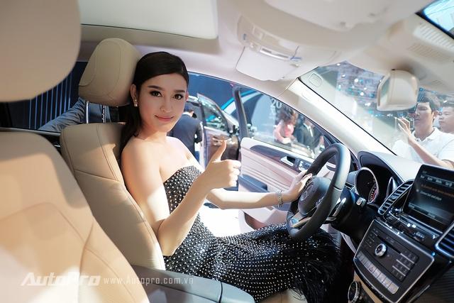 Cách đây không lâu, Huyền My đã mua một chiếc xe Mercedes-Benz S400.