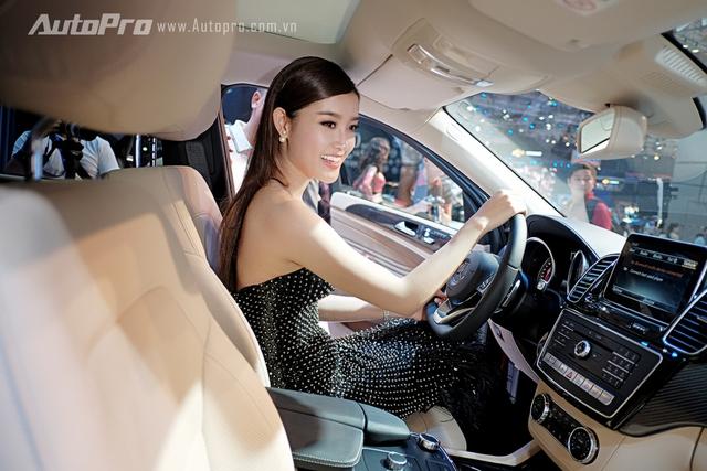 Huyền My tỏ ra khá thích thú với mẫu xe GLE mới của Mercedes-Benz